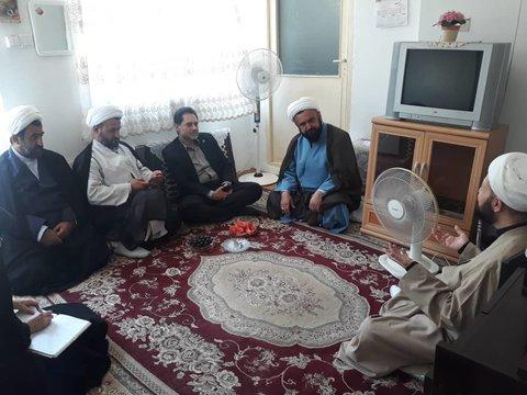 گیلان | بازدید دکتر حسین نحوی نژاد از منزل یکی از طلاب حوزه با مشکلات جسمی و حرکتی