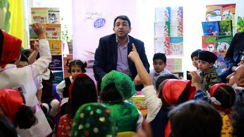 کتابخوانی رییس سازمان بهزیستی برای کودکان مهدکودکی