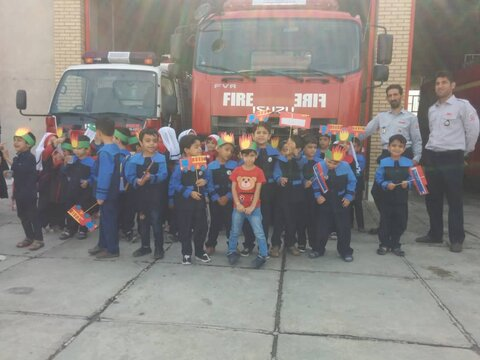 کودکان شهرستان تفت روز آتش نشانی و ایمنی به آتش نشانان تبریک گفتند