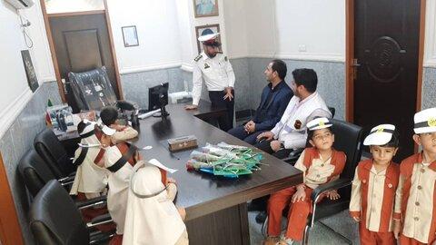 باوی|گزارش تصویری|رئیس بهزیستی شهرستان باوی به همراه کودکان مهدهای کودک با حضور در اداره پلیس راهور   هفته ناجا را تبریک گفتند
