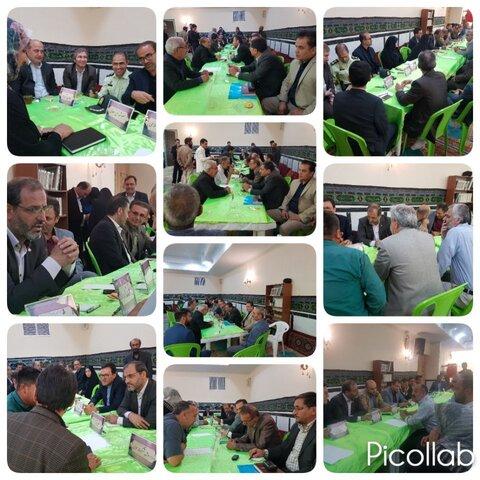 مسئولین ساوجبلاغی با استقرار میز خدمت در مصلی شهر هشتگرد پاسخگوی درخواستها و مطالبات مردم بودند