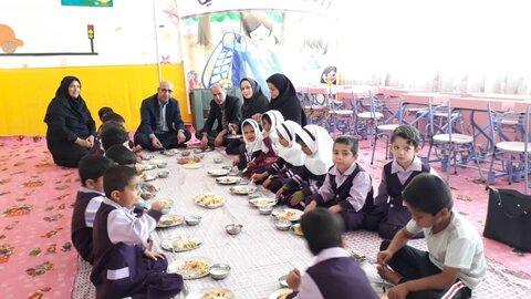 هم سفره شدن مدیر کل بهزیستی استان سمنان با کودکان روستا مهد سمنان