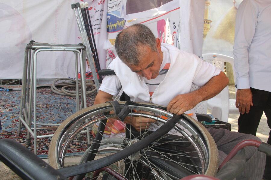گزارش تصویری |توانخواهی که در مرز مهران به افراد ناتوان خدمت می کند