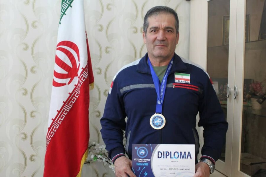 کرج | بهبود یافته کرجی مدال نایب قهرمان کشتی پیشکسوتان 2019 گرجستان را به گردن آویخت