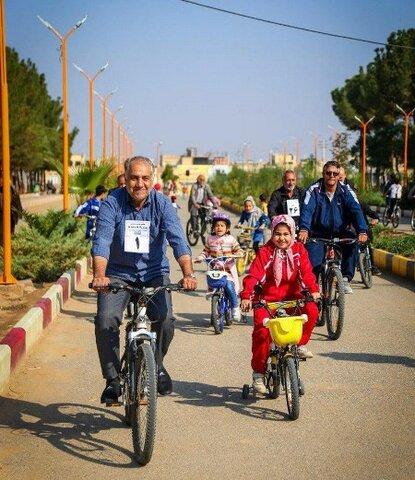 آران و بیدگل| نخستین همایش بزرگ دوچرخه سواری «پدر بزرگ و نوهها» برگزار شد