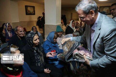 شب چله سخنگوی دولت و شهردار تهران در کنار سالمندان