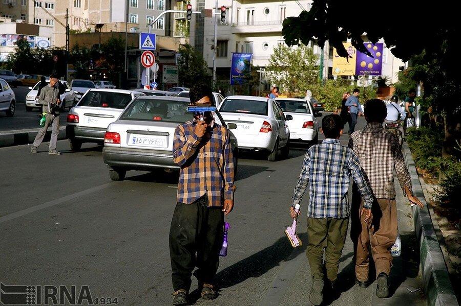 اهدای بسته های آموزشی کرونا به کودکان کار در اصفهان