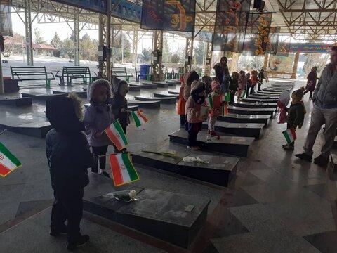 ملارد | فرزندان مهدهای کودک مزار شهدا را غبار روبی کردند
