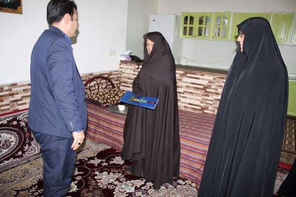 کبودراهنگ | تجلیل از خانواده شهدا در دهه مبارک فجر