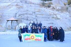کوهپیمایی کارکنان بهزیستی استان کرمان در دامنه کوه های مسجد صاحب الزمان