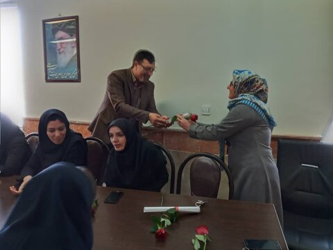 نظرآباد|رئیس اداره بهزیستی شهرستان نظرآباد به مناسبت ولادت حضرت زهرا (س) ،روز زن را به همکاران با اهداء لوح تقدیر و شاخه گل تبریک گفت