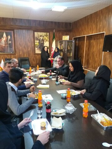 اشتهارد|رئیس اداره بهزیستی شهرستان اشتهارد به مناسبت ولادت حضرت زهرا ،روز زن را به همکاران با اهداء لوح تقدیر و شاخه گل تبریک گفت