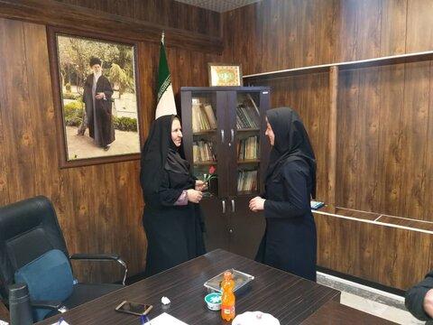 اشتهارد رئیس اداره بهزیستی شهرستان اشتهارد به مناسبت ولادت حضرت زهرا ،روز زن را به همکاران با اهداء لوح تقدیر و شاخه گل تبریک گفت