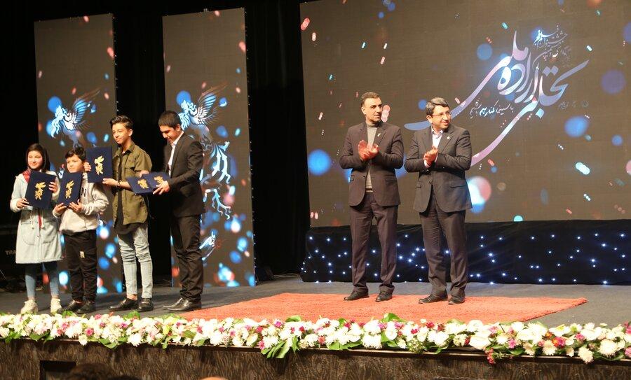اهدای جایزه سازمان بهزیستی به نوجوانان بازیگر در فیلم خورشید در اختتامیه بخش تجلی اراده ملی سی و هشتمین دوره جشنواره فیلم فجر