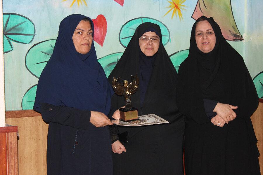 درآیین تجلیل از مادران و مربیان پیشکسوت شیرخوارگاه های کشور، ازمربی شیرخوارگاه ناجی بوشهر تجلیل شد.