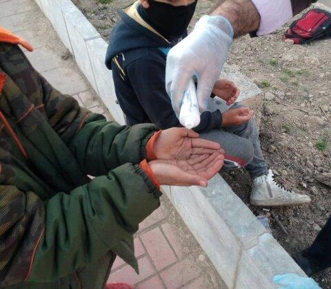 گزارش تصویری | توزیع لوازم بهداشتی و ضدعفونی در میان کودکان کار