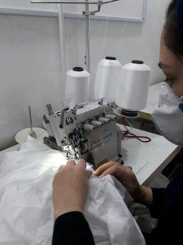 راه اندازی خط تولید لباس ویژه کادرپزشکی بیمارستان توسط زنان سرپرست خانواربهزیستی قزوین
