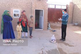 ایسنا | توزیع بستههای غذایی بین کودکان کار مناطق محروم یزد + تصاویر