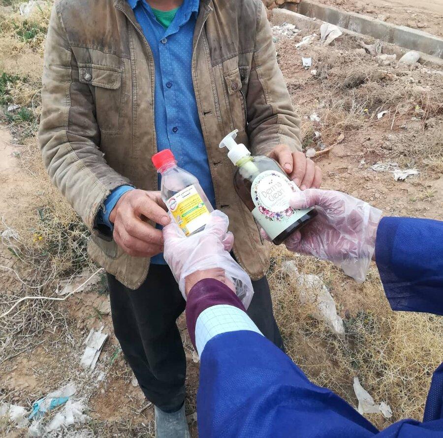 گزارش تصویری | توزیع اقلام بهداشتی در پاتوق های مصرف مواد مخدر توسط تیم های سیار کاهش آسیب اعتیاد بهزیستی استان یزد