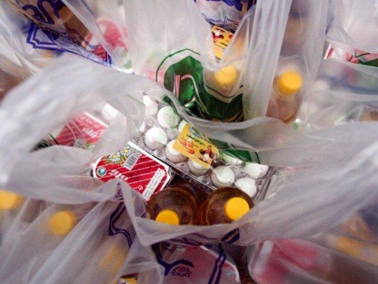 توزیع بسته مواد غذایی بین زنان سرپرست خانوار بروجرد