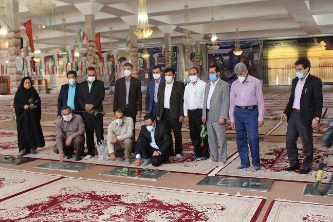 غبارروبی گلزار شهدای یاسوج در اولین روز از گرامیداشت  هفته بهزیستی