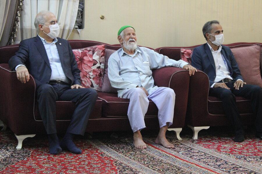 دکتر حاجیونی به مناسبت عید غدیر با خانوادههای سادات سالمند و معلول تحت پوشش دیدار کرد+ تصویر