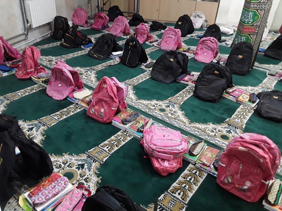 بهره مندی دانش آموزان قلعه گنجی تحت حمایت بهزیستی از وسایل کمک آموزشی در نهضت ایران همدل