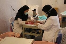 گزارش تصویری| جهاد ادامه دارد/ تولید ماسک و پوشاک بیمارستانی در کارگاههای بهزیستی