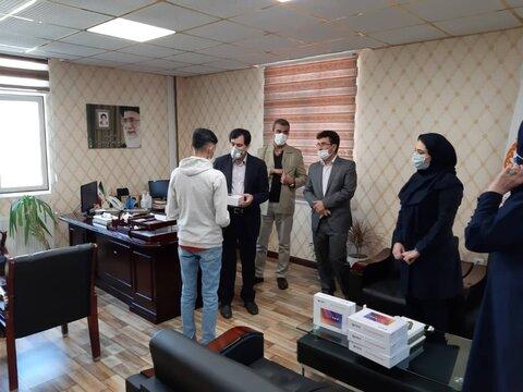خیّر البرزی ۲۰ دستگاه تبلت به دانشآموزان نیازمند هدیه کرد